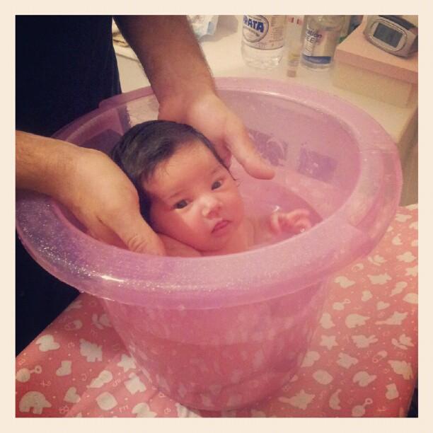 Seu primeiro banho de balde <3