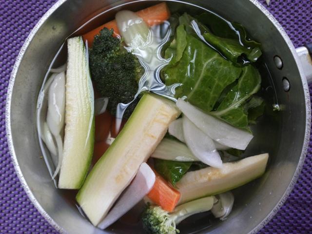 Coloque os vegetais variados com exceção de beterraba e espinafre, pois a água da coção  deles possuem substâncias que competem com absorção de outros nutrientes, como o ferro, por exemplo.