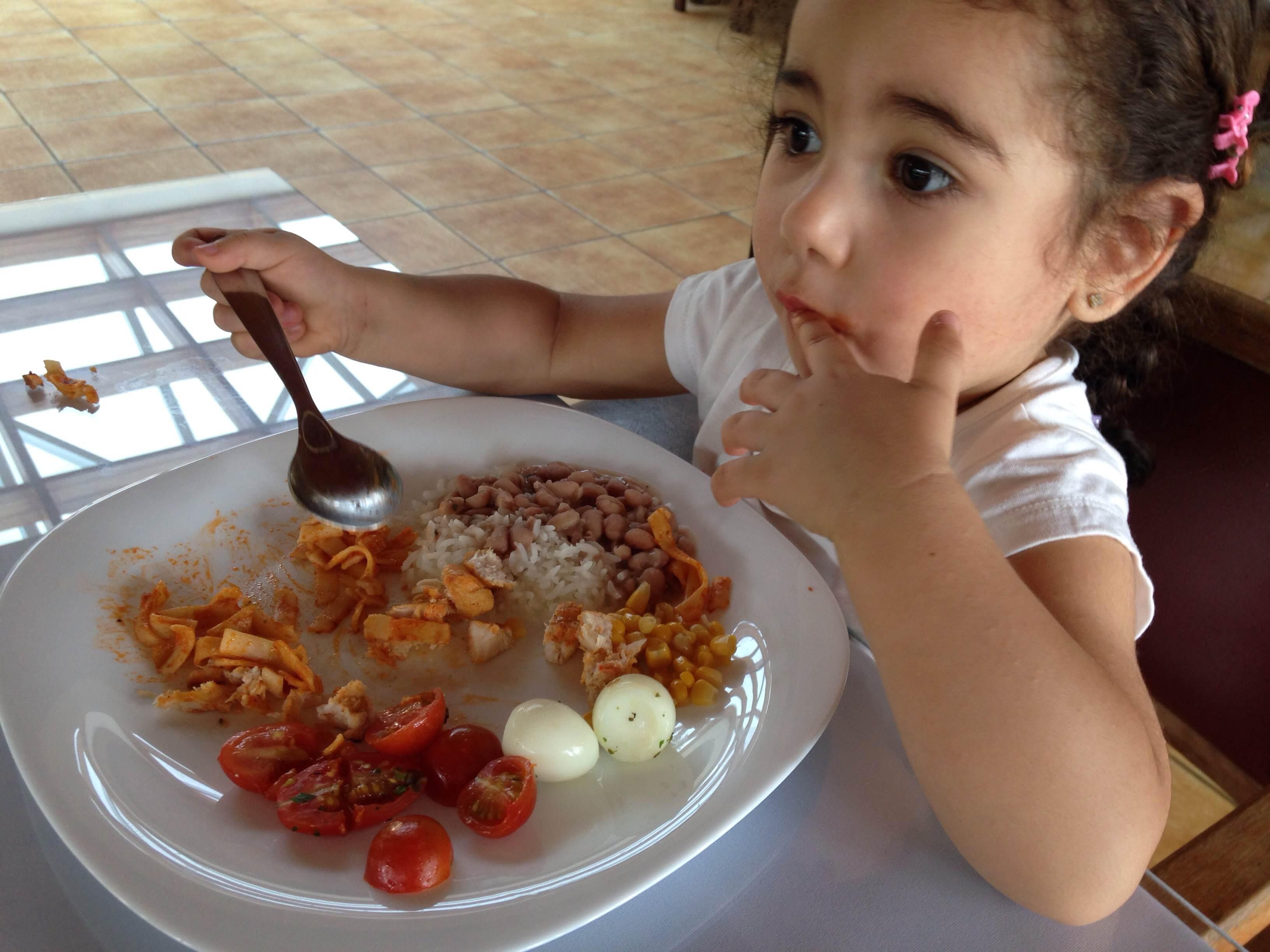 Peguei um pouco de tudo que ela gosta e ela poder escolher: Arroz, feijão, talharine ao sugo, tomate cereja, milho, frango grelhado, ovo de codorna.